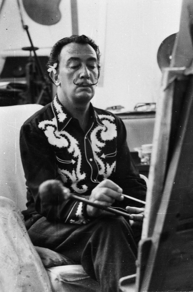 Im Atelier 1957, Seltenes Porträt Salvador Dalí an der Staffelei, Foto Frank Rosewe